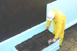 WDVS werden mit einem speziell auf den jeweiligen Untergrund abgestimmten Spezialmörtel an der Außenwand des Gebäudes befestigt<br />