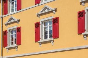 Die Häuser erhielten neue Holzfenster, die Klappläden wurden erneuert