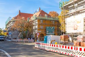Bis 2021 sollen alle Gebäude so aussehen, als hätten Sie 100 Jahre alterslos überstanden. Bis dahin werden für die Verschönerung etwa zehn bis zwölf Tonnen Material gebraucht