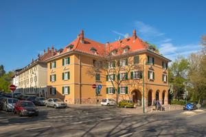 Mit einem Bogengang hat August Buxbaum dieses Eckhaus am Spessartring 27 aufgewertet: Es ist eins von zwei Gebäuden, die das Entrée zur Mathildenhöhe bilden
