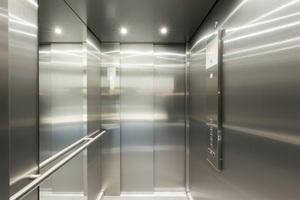 Für eine barrierefreie Fahrt verfügt der Aufzug u.a. über eine automatische Sprachansage, Braille-Schrift am Tableau und eine Weiterfahrtsanzeige
