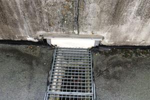 Details wie eine zentral eingebaute Rinne waren nicht mehr ausreichend in die alte Bitumenabdichtung eingebunden