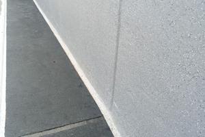 Eingestreute Triflex Micro Chips werten die innenliegenden Mauerabschnitte optisch auf