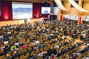 Kongresseröffnung von Pilot Philip Keil mit einem atemberaubenden Vortrag über Teamwork und Krisenmanagement