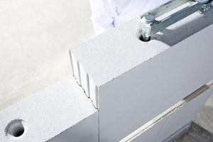 Durch den speziellen Aufbau der Variante KS-QUADRO E lassen sich im Rohbau Elektro- und Kommunikationsleitungen oder Temperierungsmodule als Wandheizung bzw. -kühlung integrieren