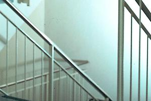 Als widerstandsfähiger Putz ist Kalkputz auch für Treppenhäuser bestens geeignet