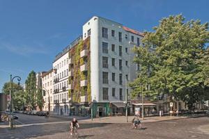 Das Eckgebäude nimmt Geschosshöhen und Proportionen der Nachbargebäude auf