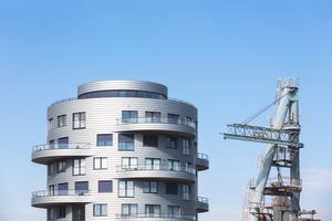 Das Bauwerk zeigt sich je Geschoss mit zwei gegenüberliegenden Balkonen, deren Mittelachse etagenweise um 90° verdreht ist