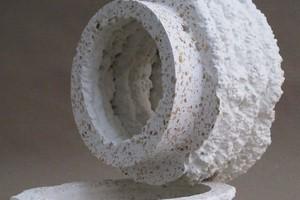 Rechts unten: Durch Extrusion additiv gefertigtes und mittels Fräsen partiell subtraktiv nachbearbeitetes Testobjekt aus Holzleichtbeton