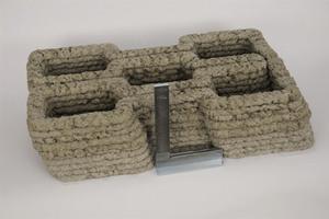 Rechts oben: Durch Extrusion von Holzleichtbeton gefertigtes Testobjekt mit Überhang von 26%