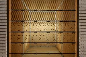 Rechts: Abdunklungsmuster mit Gradierung von maximaler Durchlässigkeit (unten) zu minimaler Durchlässigkeit (oben). Blickrichtung von außen in den Raum