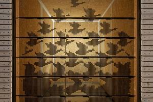 """Links: Raumhohe Isolierverglasung mit 45 integrierten TN-Modulen. Grafikdarstellung auf der TN-Verglasung (Holzschnitt """"Sky and Water I"""" von M.C. Escher). Blickrichtung von außen in den Raum"""