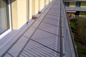 Dauerhaft dichte, flamm- und rutschhemmende Oberflächen sorgen dafür, dass Laubengänge ihrer Funktion als sicherer Wohnungszugang und Flucht- bzw. Rettungsweg gerecht werden