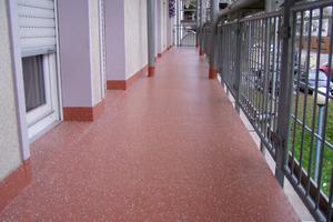 Abdichtungen und Beschichtungen auf Basis von Polymethylmethacrylat (PMMA) sorgen für einen dauerhaft dichten Bodenbelag. Zahlreiche Farbvarianten und Einstreumaterialien setzen die Oberfläche in Szene