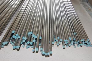 Die Edelstahlrohre werden mit Schutzkappen ausgeliefert und bis zur Montage gelagert