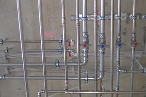 Die Trinkwasserinstallation wurde mit dem Rohrleitungssystem NiroSan umgesetzt