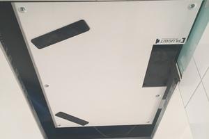 Das Lüftungsgerät lässt sich in die abgehängte Decke mit einer Revisionsöffnung integrieren