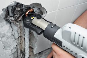 Zur Badsanierung gehört nicht allein die optische Aufwertung, sondern genauso der Austausch alter Leitungen