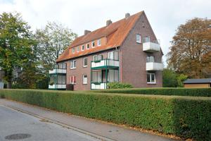"""Repräsentativ für den Bestand der Wohnungsbau Friesland ist dieses Mehrfamilienhaus mit drei Etagen in Jever. Es wurde als Objekt für den Praxistest des """"Masterplans Badsanierung"""" ausgewählt"""