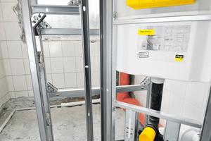 Links: Nach der Rohrleitungsinstallation werden die Vorwandelemente mit WC- und Waschtischmodul montiert. Rechts: Im Hintergrund der neue Schacht für Steigleitungen und Abwasserrohr