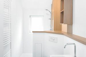 """Modernes, barrierearmes Wohlfühlbad mit """"MuroLive!""""-Verkleidung: Aus dem neuen Schacht wird optisch ansprechend ein Duschboard"""