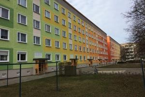 Bild 8: Die Farbgebung verkürzt den langen Gebäuderiegel optisch und schafft ein farbenfrohes Wohnumfeld bei gleichzeitiger Verbesserung des Witterungsschutzes