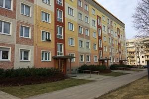 Bild 4: Am Plattenraster der Fertigteile orientierte Farbgebung an einem kleineren Wohnblock