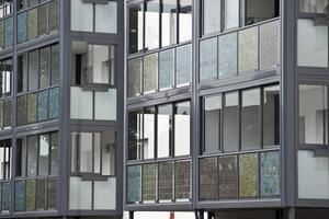 Eine Balkonkonstruktion aus Aluminium fasst die Brüstungen mit Photovoltaik sowie das Twin-Fenster System ein