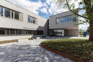 Die LOP hat eine Nettogrundfläche von 3.766 m². Hier der Haupteingang mit Vorplatz. Schülerzahl: 280