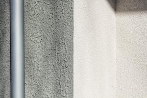 Der Putz auf den nach außen zeigenden Fassaden ist dunkel und grob, auf den Hofseiten ist er feinkörnig und hell<br /><br />