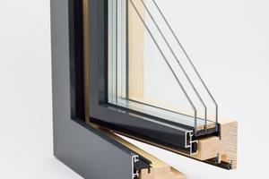 Durch eine äußere Aluvorsatzschale ist das Holz-Alu-Fenster witterungsbeständig, schalldicht und besonders pflegeleicht, ohne dass auf die warme Optik im Inneren verzichtet werden muss