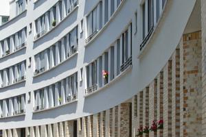 Der neue Schwarzwaldblock wurde schrittweise und in vier Bauphasen realisiert. Ein behutsames Baumanagement ermöglichte es den Bewohnern, im Quartier zu bleiben. Die barrierefrei zugänglichen Wohnungen verfügen im Erdgeschoss über Mietergärten, in den Regelgeschossen über großzügige Balkone sowie im Dachgeschoss über Dachterrassen