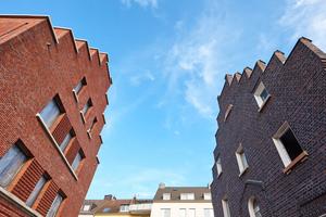 Der Düsseldorfer Neubau orientiert sich in Form und Materialität am vorherigen Bestand. Die Fassade ist beispielsweise über ihre Gesamtlänge mit Risaliten und Erkern gegliedert und rhythmisiert