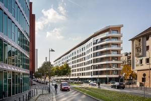 In Frankfurt am Main befindet sich das derzeit wohl größte Plusenergiehaus Europas: das Aktiv-Stadthaus. Die verbauten Fassadenelemente wurden inklusive Fenstern sowie den vorgehängten Faserzementtafeln werkseitig vorgefertigt und geliefert