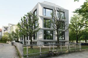 Mit der neu interpretierten Fassade aus geschoßhohen, massiven, räumlich geknickten Beton-Fertigteilen, erhält ein Villengebäude am Münchener Bavariaring ein moderneres und massiveres Erscheinungsbild