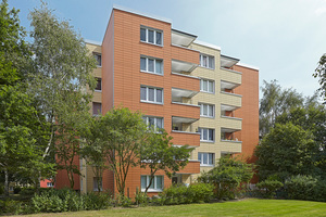 Das Mehrfamilienhaus im Hamburger Stadtteil Lokstedt erhielt im Rahmen einer<br />energetischen Sanierung eine neue Hülle aus keramischen Fassadenplatten, die maßgenau vorproduziert wurden
