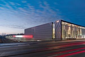 Die Fassade des Bauhaus Halensee besteht aus dreidimensionalen Kassetten aus silbergrauen, einbrennlackierten Aluminiumverbundplatten
