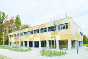 """Mit seiner Organisation als """"Lernhaus"""" wie in seiner Fassadengestaltung setzt das farbenfrohe Bauwerk pädagogische wie gestalterische Akzente"""