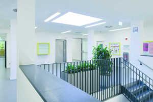 Ein Oberlicht schleust Tageslicht in die offene, multifunktionale gemeinsame Mitte