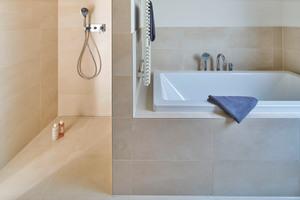 Die Duschrinne CeraLine sorgt für eine zuverlässige und sichere Entwässerung. Der herausnehmbare Geruchsverschluss gewährleistet eine einfache und schnelle Reinigung. <br />