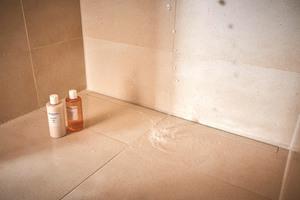 Die Duschrinne CeraLine fügt sich beinahe unsichtbar an der Wand des Duschplatzes ein, sodass ein homogenes Gesamtbild entsteht.<br />