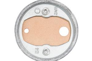 Auf der Vorderseite des Adapters sind zwei Öffnungen. In eine davon wird Klebstoff eingefüllt, aus der anderen tritt er wieder aus<br />