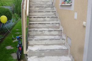 Mit Triflex TSS lassen sich Treppen langzeitsicher instandsetzen. Nach der Untergrundprüfung wird zunächst eine Grundierung aufgebracht