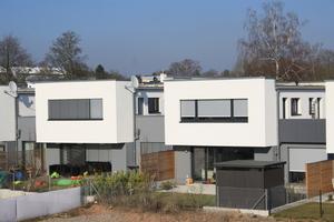 Flachdächer lassen sich heute multifunktional nutzen, z. B. für Solaranlagen, technische Aufbauten, Dachterrassen oder Dachbegrünungen
