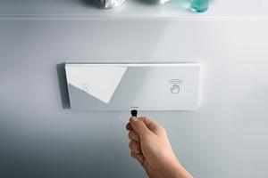 Mit der frei programmierbaren Hygiene+ Spülung an der WC-Betätigungsplatte wird exakt das Rohrleitungsvolumen bedarfsgerecht durchspült, das durch Stagnation gefährdet ist
