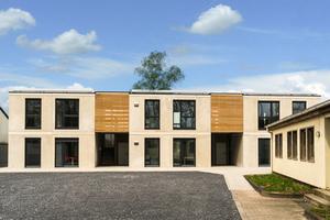 Sozialwohnungen der Gemeinde Schöppingen mit hohem energetischen Standard in Modulbauweise von der Firma Solid.box. Die Außenhauben der bluMartin-Lüftungsanlage fügen sich dezent in die Architektur ein