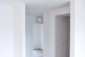 Smarte Haustechnik: Der aktive Überströmer freeAir plus sorgt für frische Luft im Schlafzimmer – ganz ohne Luftleitung. Der minimale Heizbedarf wird über eine Infrarot-Deckenheizung abgedeckt