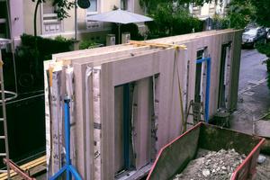 Die Wandelemente wurden mit den entsprechenden Aufmaßdaten im Werk vorproduziert, angeliefert und vor Ort eingebaut
