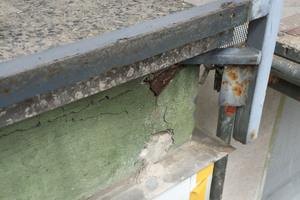 Durch die undichten Balkonplatten konnte Feuchtigkeit in die Bausub-stanz eindringen