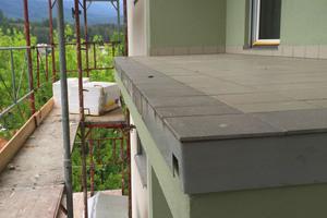 Um Kosten und Aufwände für den Abriss des Altbelags zu vermeiden, sollte die neue Balkonabdichtung auf die bestehenden Steinplatten aufgebracht werden